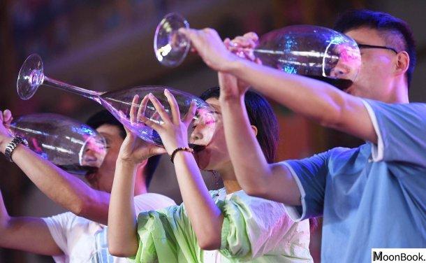 这届年轻人不爱喝酒了,但茅台们不在乎